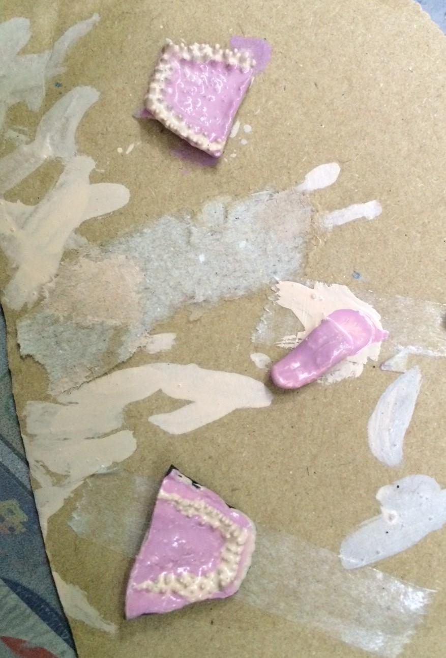 ライトグレー + ピンクで作ったベース色を塗る。牙との境目はあんまり気にしない。