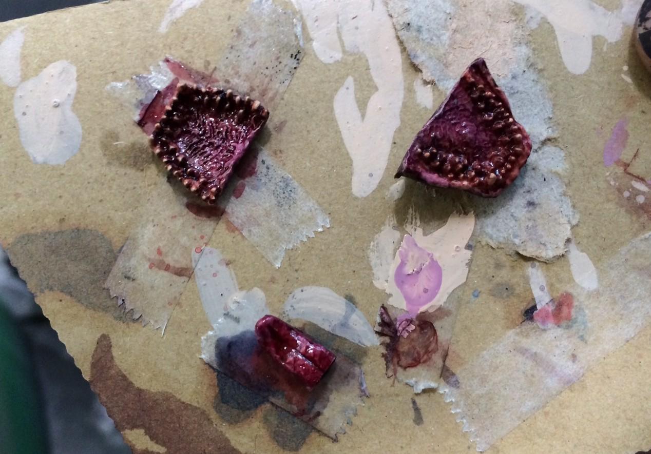 エナメル塗料のクリアーレッド + クリアーブルーでクリアーパープルっぽい色を作り、ウォッシングして全体の明るさを抑える。