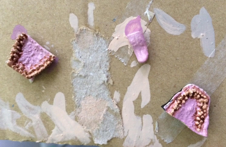 水性アクリル塗料のブラウンで牙付近を墨入れ。