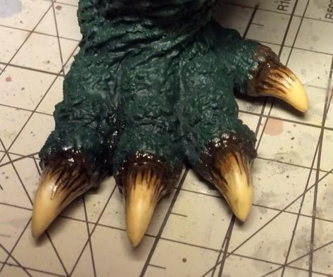 エナメル塗料のスモーク+フラットブラックを乗せた足の爪