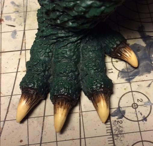 皮膚側に暗緑色を塗った足