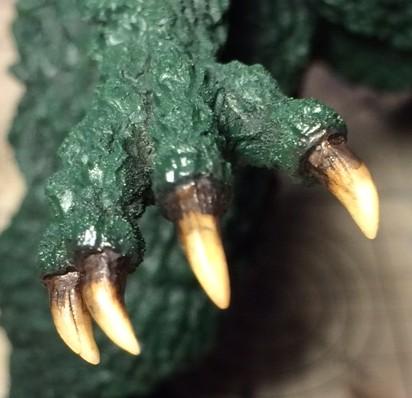 皮膚側に暗緑色を塗った手