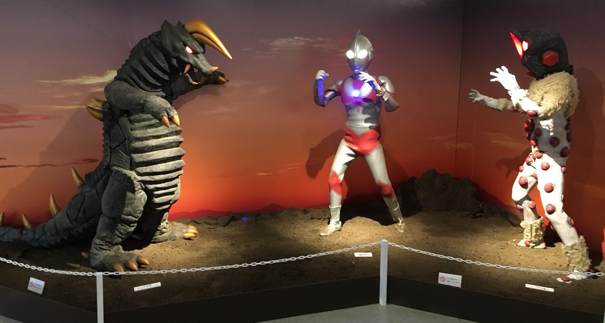 ウルトラマンがナックル星人とブラックキングにボコボコにされる夕日のシーンを再現した展示