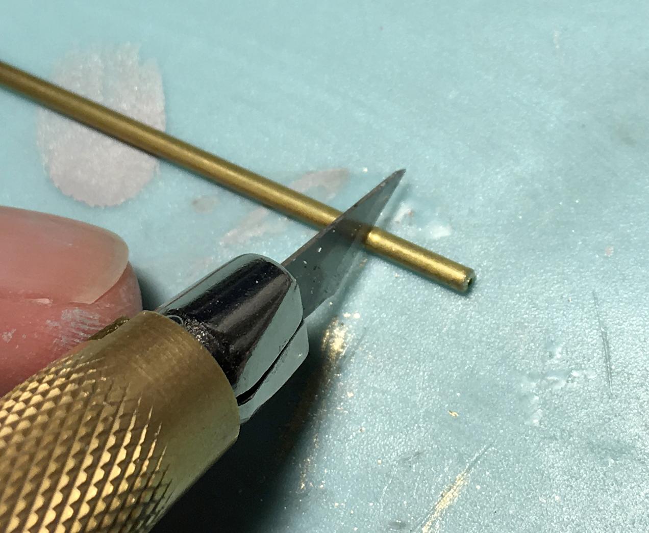 デザインナイフで切り出す